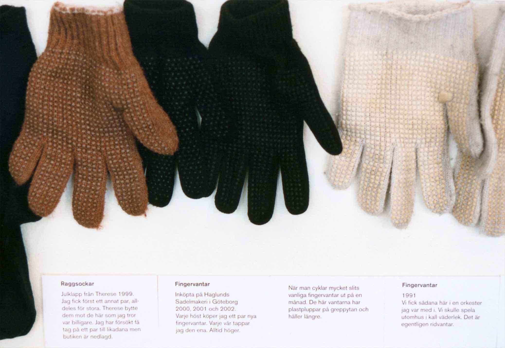Alla mina kläder, installation med alla mina kläder på Göteborgs konstmuseum 2003. Detalj med fingervantar. All my clothes, installation with all my clothes at the Gothenburg Art Museum in 2003. Detail of gloves.