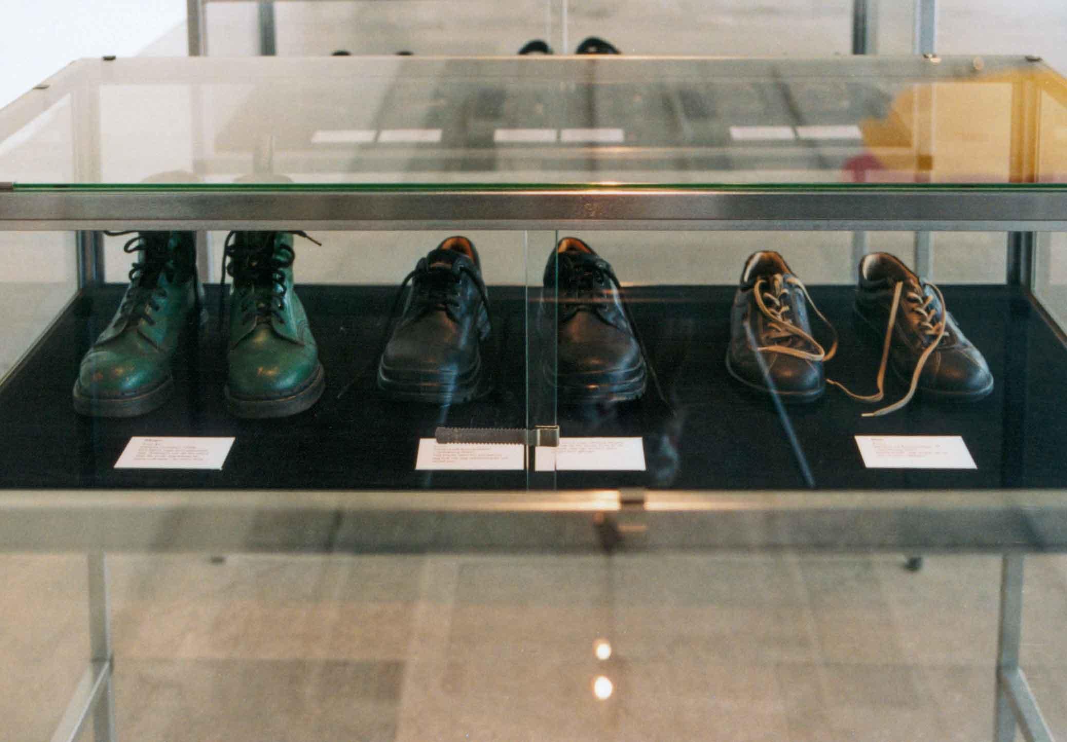 Alla mina kläder, installation med alla mina kläder på Göteborgs konstmuseum 2003. Detalj med skor i vitrin. All my clothes, installation with all my clothes at the Gothenburg Art Museum in 2003. Detail of shoes in display case.