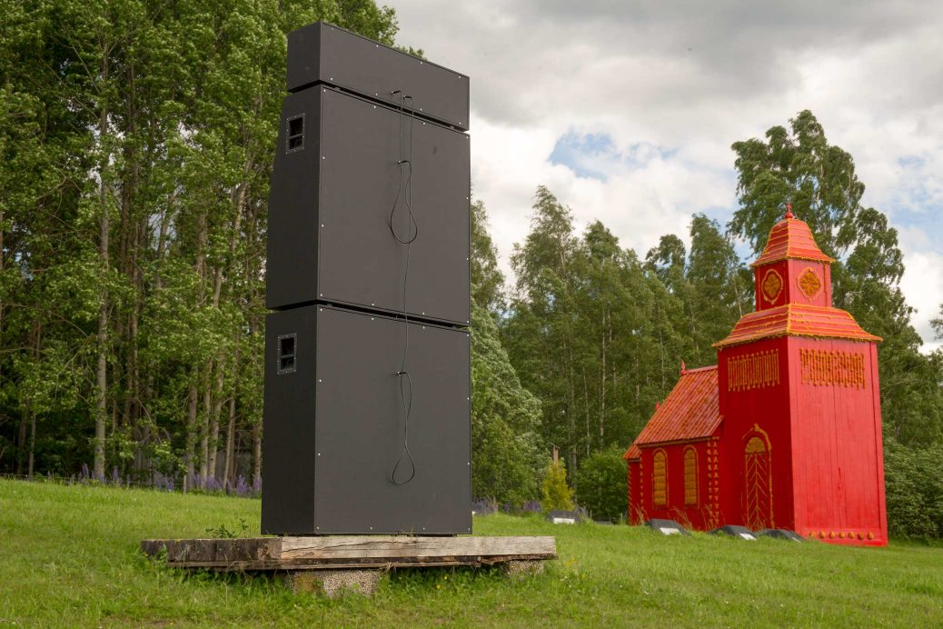 Alma Löv Museum 2017, Balancing The Books, a sound sculpture in the shape of a Marshall stack, seen from the back in the field.