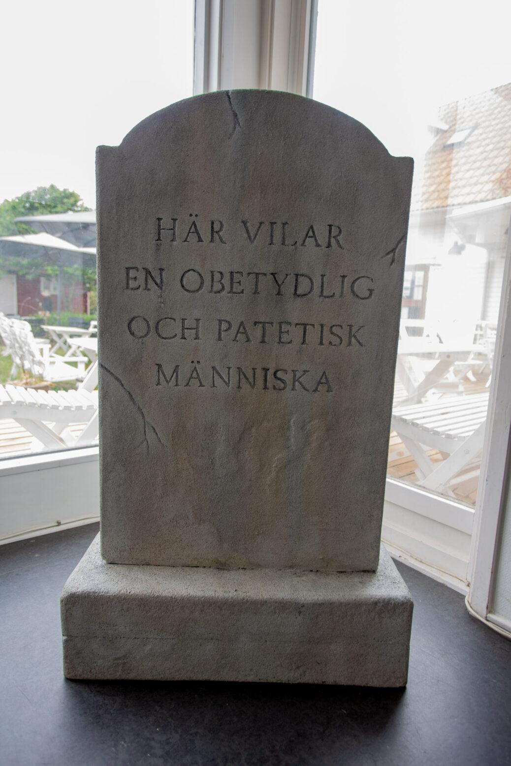 """Installation view from the exhibition Karl & Carl """"Ändhållplats"""" at Galleri Gerlesborg, Sweden. Gravestone."""
