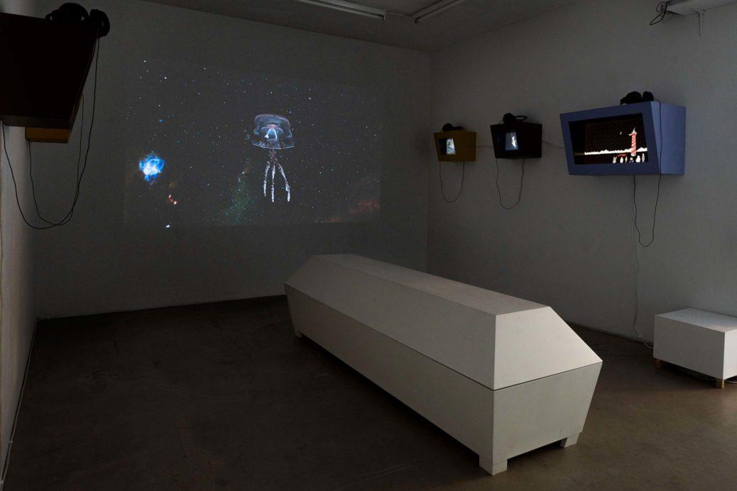 Utställningsvy från Galleri Box, Göteborg. Karl & Carl – Ännu inget svar från tystnaden 28/8–27/9, 2020. Voyager II, kista och animationer.