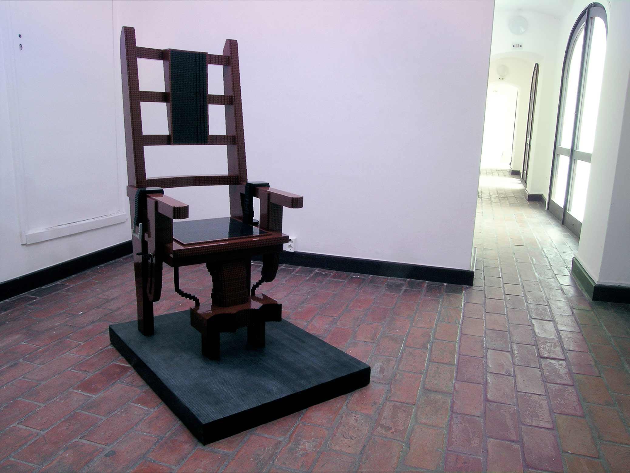 Elektrisk stol, skulptur i LEGO, på Budapest Galéria Kiálítóháza.