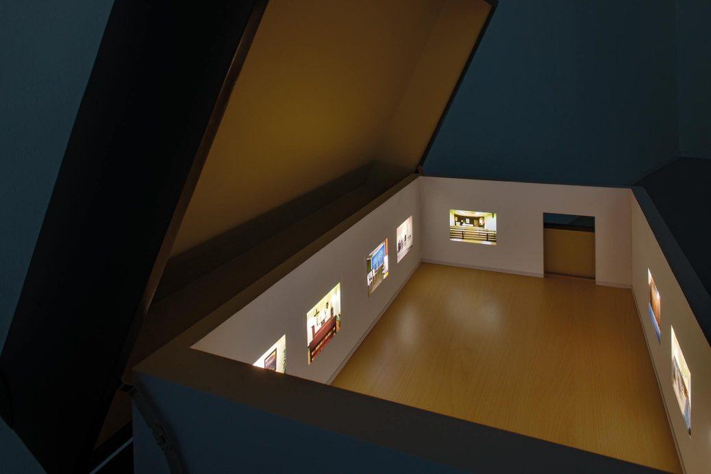 Geschichten aus dem Koffer, videoinstallation med resväskor på Künstlerhaus Bethanien, Berlin, interiör från en av väskorna, miniatyrutställning.