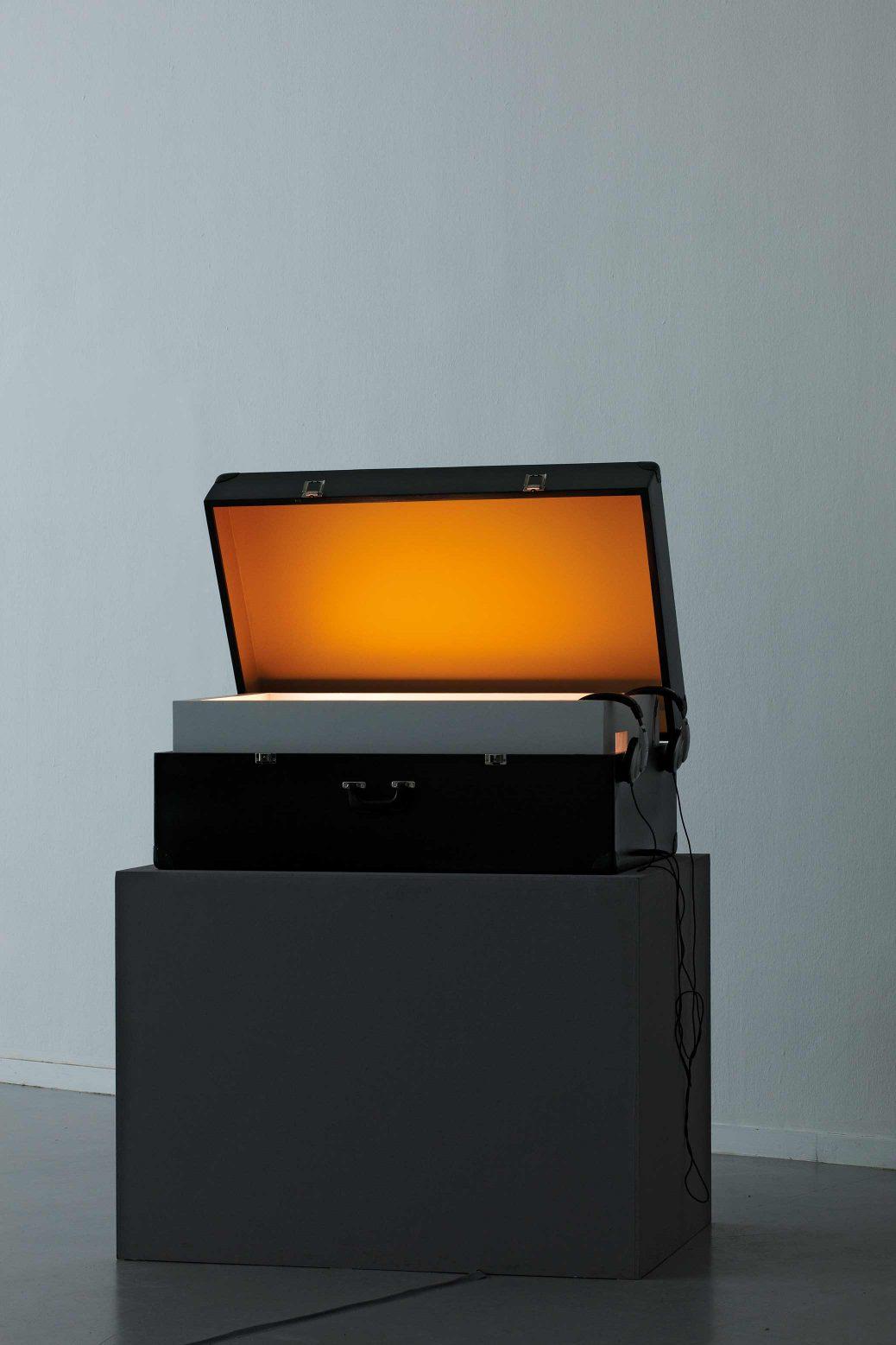 Geschichten aus dem Koffer, videoinstallation med resväskor på Künstlerhaus Bethanien, Berlin, resväska på podium.