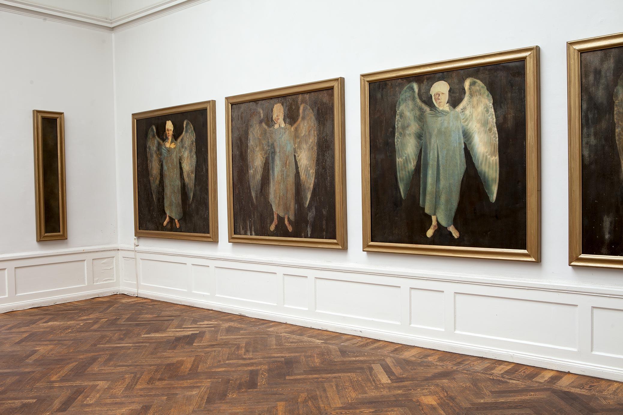 I huvudet på Björn Perborg, utställning på Konstnärshuset. Flygfän, tavlor föreställande skadade änglar.