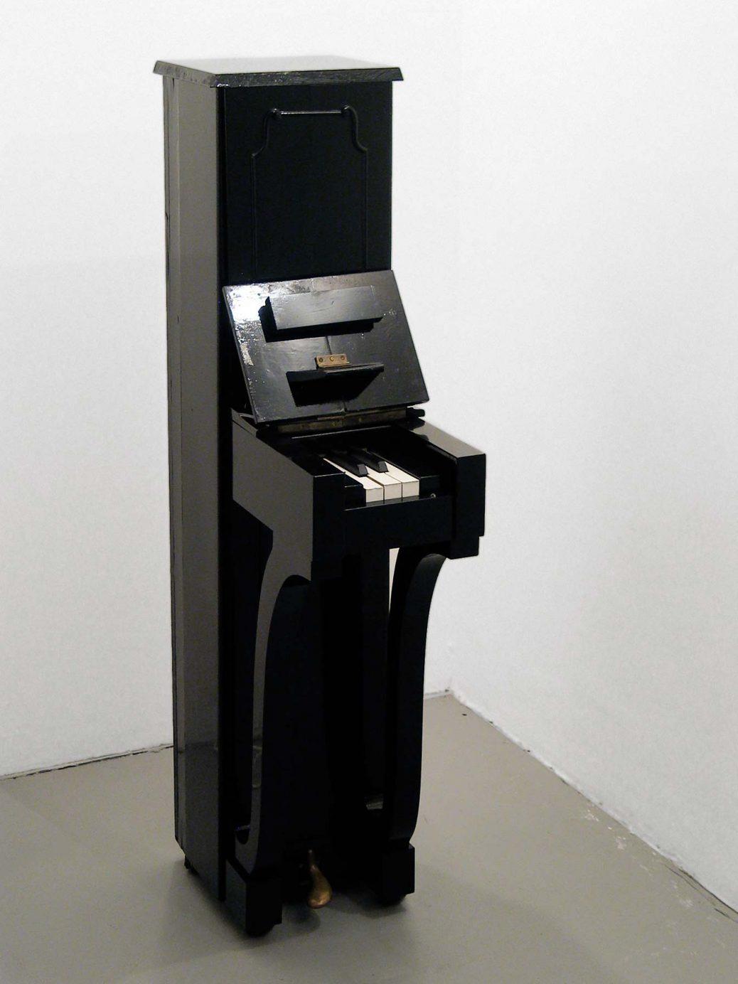 Piano, smalt piano med tre vita och två svarta tangenter, skulptur av Björn Perborg.
