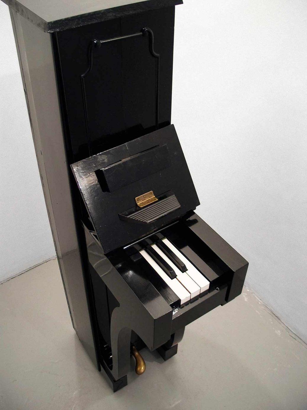 Piano, smalt piano med tre vita och två svarta tangenter, skulptur av Björn Perborg, fågelperpektiv.
