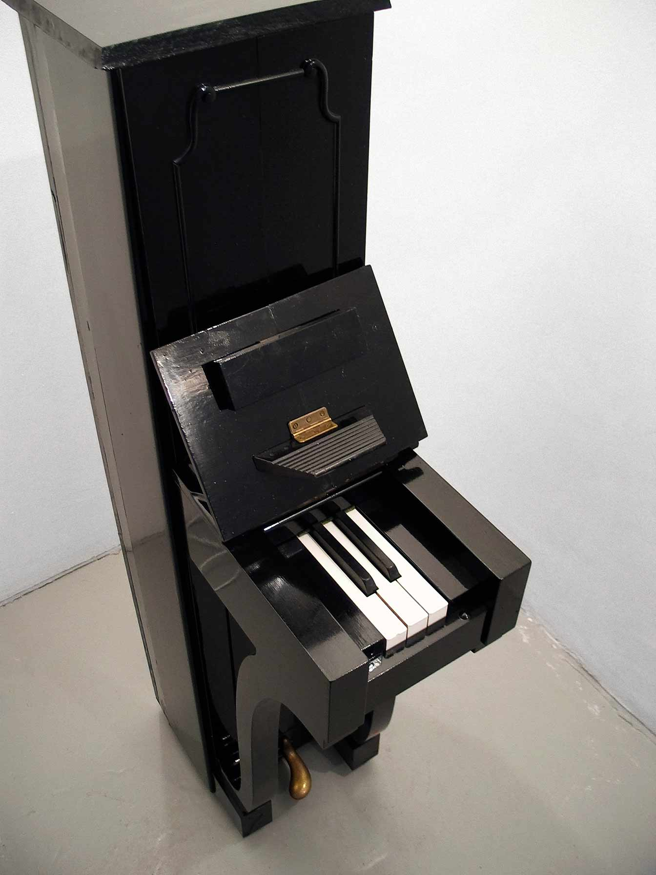Piano, narrow piano with three white and two black keys, sculpture by Björn Perborg, bird's eya view.