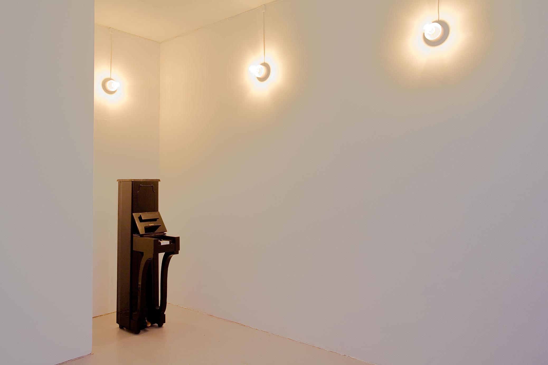 Samlarna, installation med arkivskåp på Galleri Box. Smalt piano, skulptur.